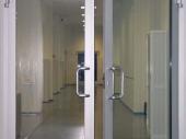 распашная алюминиевая входная дверь