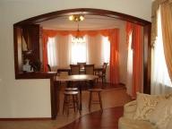 арочный проем между гостиной и столовой