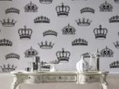 белые обои с рисунком в виде корон
