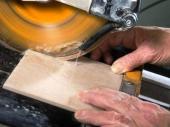 резка плитки плиткорезом с водяным охлаждением