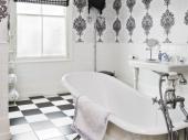 черное белые обои в интерьере ванной