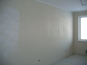 загрунтованные стены в комнате