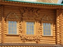 деревянный резной наличник на маленькое окно