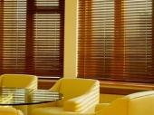 деревянные шторы-жалюзи на кухне