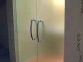 распашная входная стеклянная дверь