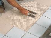 нанесение клея на пол при укладке плитки