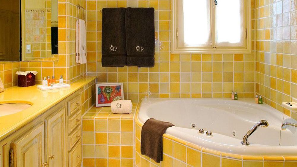 Красивая желтая плитка в ванной