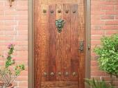 деревянная входная дверь в дом